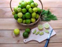Limón fresco verde y amarillo junto en una cesta, limón s Fotografía de archivo libre de regalías