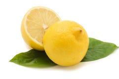 Limón jugoso fresco con las hojas verdes Fotografía de archivo