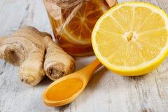 Limón, miel y jengibre frescos en la tabla de madera, nutrición sana Foto de archivo
