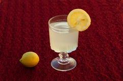 Limón natural del jugo con un pequeño limón después la taza Imagen de archivo libre de regalías