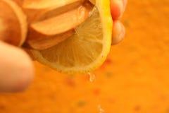 limón que es exprimido Fotografía de archivo