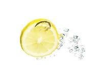 Limón que salpica en agua Fotografía de archivo