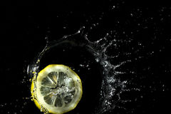 Limón que salpica en el agua Fotografía de archivo libre de regalías