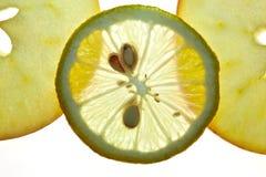 Limón rebanado y Apple aislados en blanco Imagen de archivo