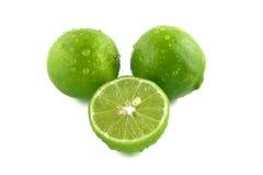 Limón verde con las gotitas de agua Imagenes de archivo