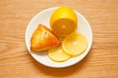 Limón y bollo en el fondo de madera, visión superior Imagen de archivo libre de regalías