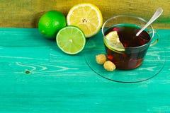 Limón y cal con té en Imagenes de archivo