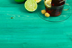 Limón y cal con té encendido Fotografía de archivo libre de regalías