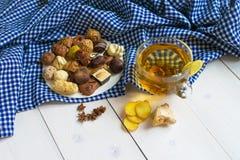 Limón y canela del té del jengibre con los chocolates Fotos de archivo libres de regalías