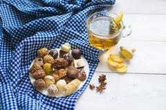 Limón y canela del té del jengibre con los chocolates Fotografía de archivo