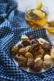 Limón y canela del té del jengibre con los chocolates Fotos de archivo