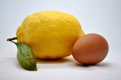 Limón y huevo Foto de archivo
