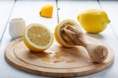 Limón y jugo del exprimidor fotos de archivo libres de regalías