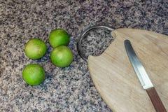 Limón y madera de la tabla de cortar con el cuchillo afilado Fotos de archivo libres de regalías