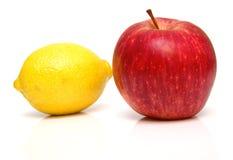 Limón y manzana roja Imagen de archivo libre de regalías