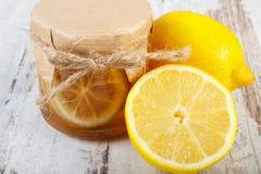 Limón y miel frescos en la tabla de madera, la comida sana y la nutrición imagenes de archivo