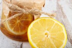 Limón y miel frescos en la tabla de madera, la comida sana y la nutrición imágenes de archivo libres de regalías