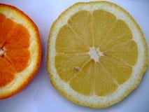 Limón y rebanadas anaranjadas en blanco Fotografía de archivo