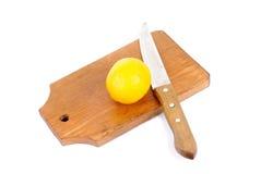 Limón y tarjeta y cuchillo de corte Imagen de archivo