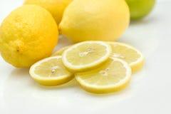 Limões com fatias de limão e de cal Foto de Stock Royalty Free