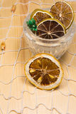 Limões e cais secos na rede branca e na placa de madeira Imagens de Stock Royalty Free