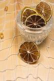 Limões e cais secos na rede branca e na placa de madeira Imagem de Stock