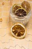 Limões e cais secos na rede branca e na placa de madeira Foto de Stock Royalty Free