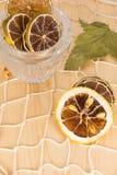 Limões e cais secos na rede branca e na placa de madeira Fotos de Stock Royalty Free
