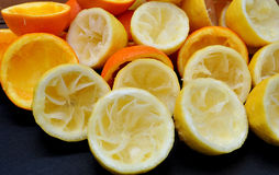 Limões e laranjas espremidos fotos de stock