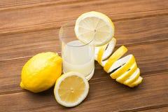 Limões e suco Fotos de Stock
