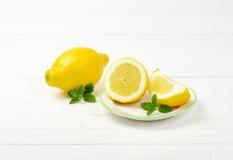 Limões em um fundo branco do estúdio Imagens de Stock