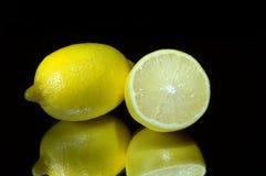 Limões em um preto. Fotos de Stock Royalty Free
