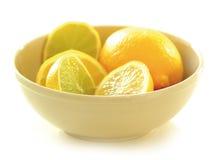 Limões em uma bacia Fotos de Stock Royalty Free
