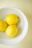 Limões em uma bacia Imagens de Stock Royalty Free