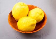 Limões em uma bacia de madeira Imagem de Stock Royalty Free