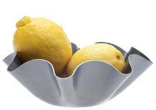 Limões em uma bacia moderna do metal Fotos de Stock Royalty Free