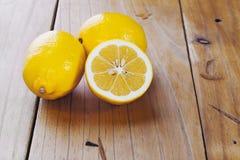 Limões em uma tabela de cozinha velha fotos de stock royalty free