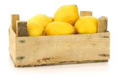 Limões frescos em uma caixa de madeira imagem de stock