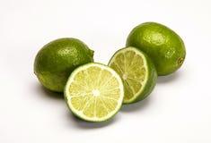Limões frescos inteiros e quebrados Fotos de Stock