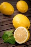 Limões frescos no fundo de madeira Fotografia de Stock Royalty Free
