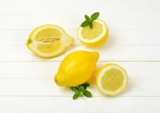 Limões inteiros e halved Fotos de Stock
