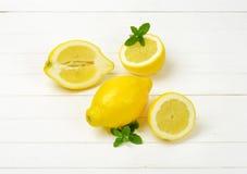 Limões inteiros e halved Imagem de Stock