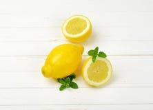 Limões inteiros e halved Fotografia de Stock Royalty Free