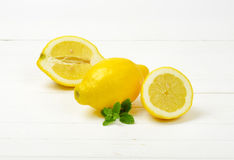 Limões inteiros e halved Fotografia de Stock