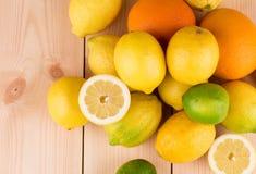 Limões, laranjas e cais Fotos de Stock