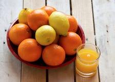Limões, laranjas e suco Imagens de Stock