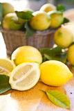 Limões maduros frescos em uma cesta foto de stock royalty free