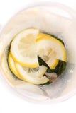 Limões na bacia com hortelã Fotografia de Stock Royalty Free