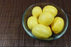 Limões na bacia de vidro Foto de Stock Royalty Free
