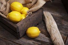 Limões na caixa de madeira Imagens de Stock Royalty Free
